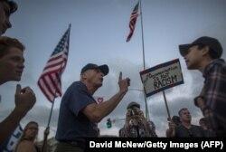 """Демонстрация в поддержку политики """"Америка прежде всего"""". Лагуна Бич, Калифорния, 20 августа 2017 года"""