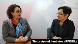Депутат мажилиса Ирина Смирнова и журналист Гульмира Каракозова в студии программы АзаттыкLIVE. Астана, 26 февраля 2019 года.