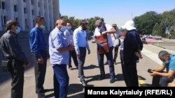 Группа участников Декабрьских событий, прибывшая к зданию акимата для подачи «уведомления» о проведении митинга. Алматы, 19 августа 2020 года.