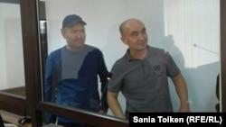 Гражданские активисты Талгат Аян (слева) и Макс Бокаев в суде за стеклянной перегородкой для подсудимых. Атырау, 28 октября 2016 года.