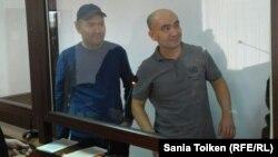 Солдан оңға қарай: Талғат Аян мен Макс Боқаев сот залында тұр. Атырау, 28 қазан 2016 жыл.