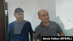 Гражданские активисты Макс Бокаев (справа) и Талгат Аян в суде по их делу. Атырау, 28 ноября 2016 года.