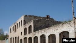 Здание в г. Шуши, пострадавшее во время войны (архив)
