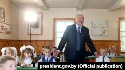 Аляксандар Лукашэнка ў Александрыйскай сярэдняй школе Шклоўскага раёну, 1 верасьня 2018 году