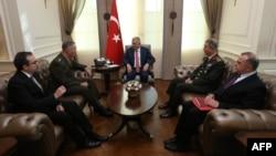 نخستوزیر ترکیه در وسط تصویر، دانفور در سمت چپ او و رئیس ستاد متشرک ارتش ترکیه در سمت راست