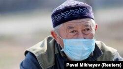 Мужчина в защитной маске во время пандемии нового коронавируса.