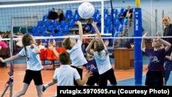 Дети играют в волейбол, иллюстративное фото
