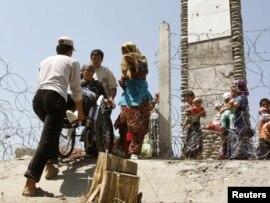 Қырғызстанға қайтуға қырғыз-өзбек шекарасынан өтіп жатқан этникалық өзбектер. Ош аймағы, 23 маусым 2010 жыл.