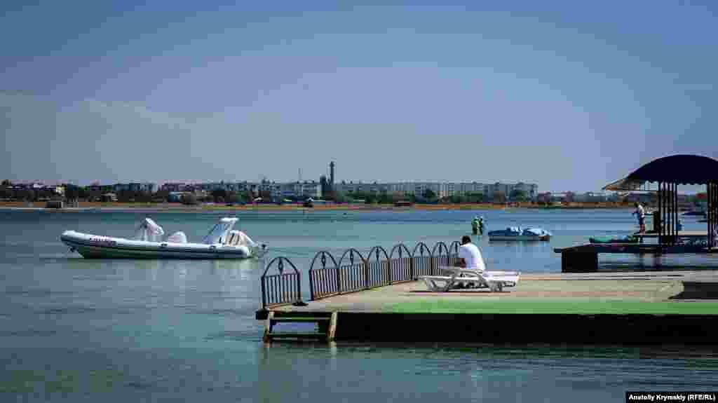 Пристані Південної коси на березі озера