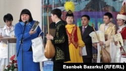 - Директор регионального научно-практического центра «Астана дарыны» Майра Курманбаева вручает подарки победителям конкурса школьников-айтыскеров. Астана, 20 марта 2011 года.