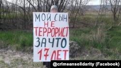 Зарема Мамутова, мати фігуранта «справи «Хізб ут-Тахрір», проводить одиничний пікет у Бахчисараї