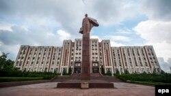 Памятник Ленину перед зданием парламента Тирасполя, столицы молдавского региона Приднестровье.