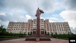 Памятник Ленину перед зданием парламента в Тирасполе, столице непризнанной Приднестровской молдавской республики