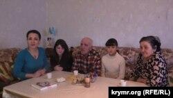 Альме Эмирсале в кругу семьи