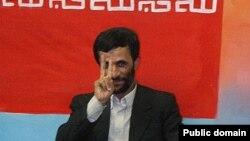 محمود احمدی نژاد در جریان یک کنفرانس خبری پس از انتخابات ریاست جمهوری سال ۱۳۸۴