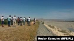 Кара-Дарыянын жанына чогулган жергиликтүү тургундар.