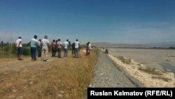 Сельчане, собравшиеся на берегу реки Кара-Дарыя.