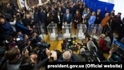 Журналісти фіксують голосування президента Петра Порошенка на виборах, Київ, 31 березня 2019 року