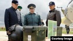 Нурлан Джуламанов (в центре) в бытность директором пограничной службы КНБ Казахстана, Нуртай Абыкаев (слева) - председатель КНБ. Фото из архива семьи Джуламановых.