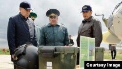 Слева председатель КНБ Нуртай Абыкаев, в центре директор пограничной службы КНБ Нурлан Джуламанов. Фото из семейного архива.