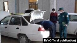 Хусусий автомобил назорат қилинмоқда, 25 март, 2020 (иллюстратив сурат)