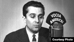 Mircea Carp pe vremea când vorbea la postul de radio Vocea Americii, imagine de arhivă.