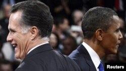 Президент Барак Обама (оң жақта) мен оның сайлаудағы қарсыласы Митт Ромни. Флорида штаты, 22 қазан 2012 жыл.