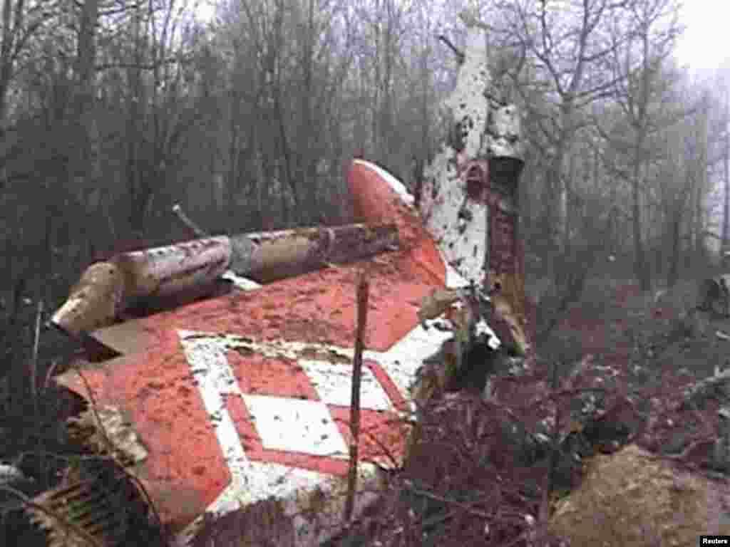 На месте крушения самолета ТУ-154 президента Польши Лех Качиньского. В результате авиакатастрофы при подлете к Смоленску погибли все находившиеся на борту 96 человек, в том числе президент и его жена.