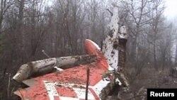 На месте катастрофы президентского самолета под Смоленском, 10 апреля 2010 г