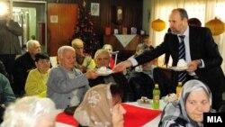 Архивска фотографија: Градоначалникот Коце Трајановски на средба со граѓани.