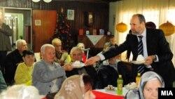 Градоначалникот на Скопје Коце Трајановски на средба со пензионери.