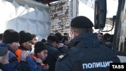 Під час масового затримання мігрантів у Москві, 14 жовтня 2013 року