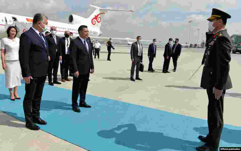"""Жапаровду """"Эсенбога"""" аэропортунда Түркиянын маданият жана туризм министри Мехмет Нури Эрсой тосуп алды."""