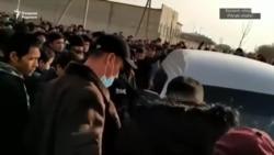 В Хорезме тысячи безработных собрались возле здания «Артель»