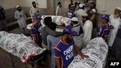 Телата на убиените свештеници во болница во Карачи.