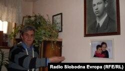 Богомил Богоевски, синот на македонскиот херој Мите Богоевски во спомен куќата на неговиот татко во селото Болно во околината на Ресен.