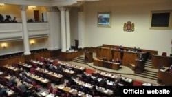 Сегодня на пленарном заседании оппозиция подвергла резкой критике эту поправку, но сопротивление у представителей правящей партий эта критика не вызвала