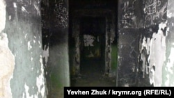 Закопченные стены внутренних помещений исписали надписями школьники