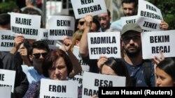 Aktivistët dhe familjarët mbajnë në duar emrat e personave të zhdukur gjatë luftës së fundit në Kosovë. Foto nga arkivi.