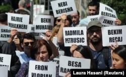 Qytetarët mbajnë në duar pano me emrat e të pagjeturve në Kosovë.