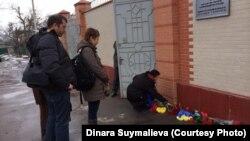 Бишкекдаги Украина элчихонаси олдида одамлар Киевда ҳалок бўлган норозиларни хотирлаб гул қўймоқда.