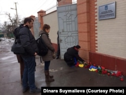 Акция у стен посольства Украины в Бишкеке в память о жертвах Евромайдана. Февраль 2014 года