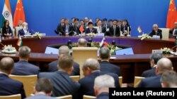 Члены делегаций на пленарном заседании Шанхайской организации сотрудничества (ШОС). Иллюстративное фото.