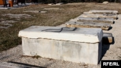 Përdhosen varrezat hebreje