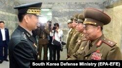 Эки Кореянын генералдары учурашып жатат. Панмунжон. 14-июнь, 2018-жыл.