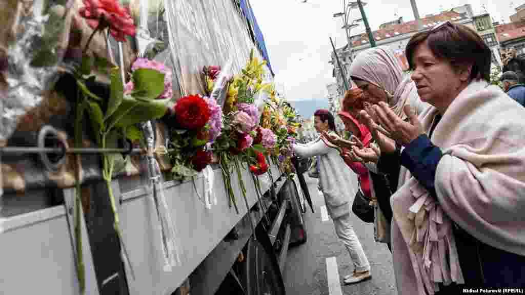 Një kamion bart mbetjet e 35 viktimave të Masakrës së Srebrenicës, që do të rivarrosen më 11 korrik, në 23-vjetorin e gjenocidit, në qendrën memoriale në Potoçari.