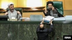 لایحه بودجه ۹۲، با ۸۴ روز تاخیر توسط لطفالله فروزنده و در غیاب محمود احمدی نژاد به مجلس ارایه شد