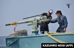 شکار تجاری نهنگ با شلیک این نیزهها انجام میشود و مرگی نسبتا طولانی و دردناک را برای نهنگ همراه میآورد
