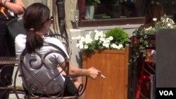 Женщина с сигаретой в руке. Москва, 6 июня 2014 года.