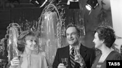 Если бы лет 20 назад зрителя «Голубого огонька» посадили внутрь зала, он был, наверное, испытал приблизительно те же ощущения: лица привычные, начиная от замечательных Кириллова и Шатиловой до первых председателей Гостелерадио